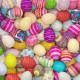 Viele bunte Ostereier zu Ostern auf einem Haufen als Hintergrund